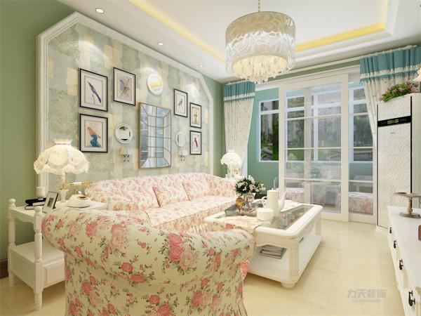 本案整个客餐厅墙面刷上了淡茶绿的颜色,地面采用浅黄色瓷砖,家具运用白色调,沙发带有小碎花配合室内绿植更加清新惬意。