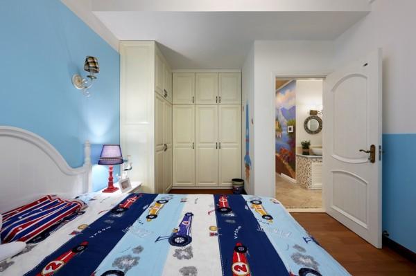 房间另一侧设计成步入式衣帽间
