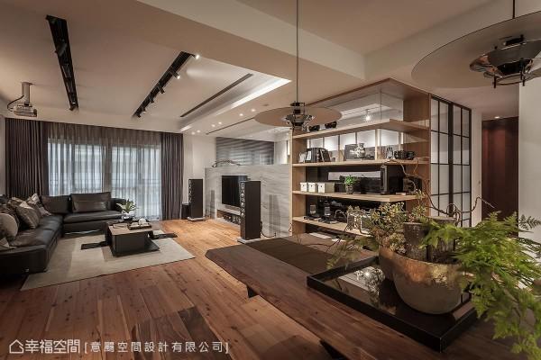 通透的L型立体展示柜,结合大理石电视墙,以及书房的玻璃拉门,带来丰富的视觉飨宴。