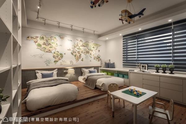 架高的地坪界定出睡眠和游戏区,墙面以手绘世界地图打造童趣风格,并标示世界著名地标,富含教育意义。