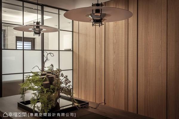 赵文祥设计师以木皮结合沟缝手法,顺势隐藏后方储藏室的门片,将收纳机能不着痕迹。