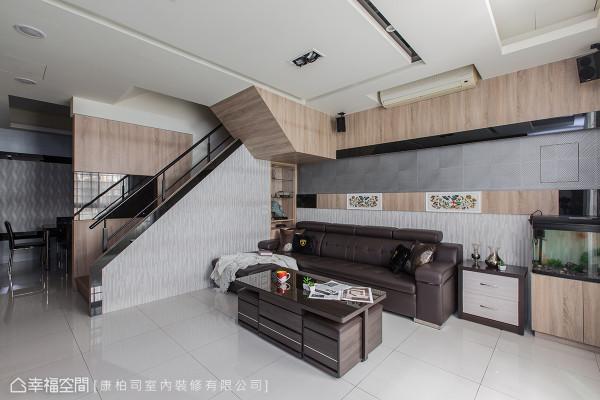 康柏司室内装修让客厅更加开阔,将原本梯间的柜子拆除,并于天花板带入一些设计巧思,一方面遮蔽梁体外,一方面让空间感增加。