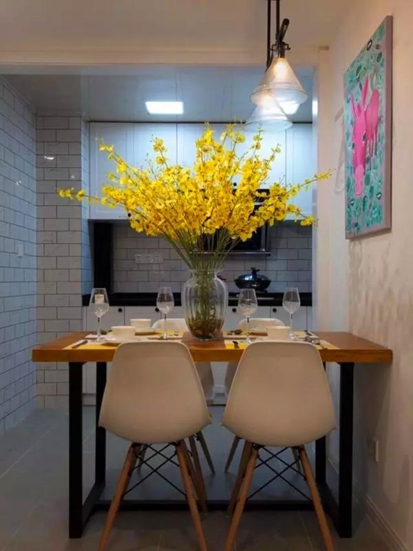 小餐桌放置于开放式的厨房边上。