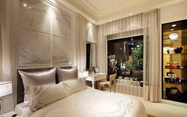 中央预留吊挂电视的位置,并以对称柜体满足主卧室的小物品收纳;在立面左侧沟缝,隐藏通往卫浴的暗门。