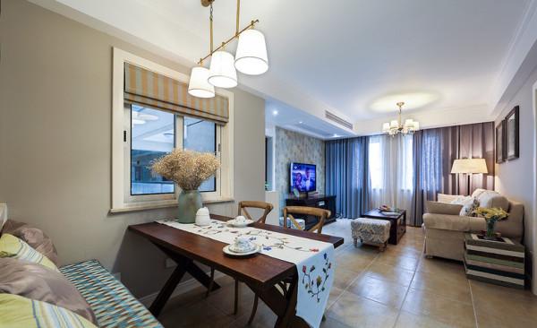 圆筒吊灯与下方原木餐桌上的花瓶相对,使得空间更添几分古朴气息。