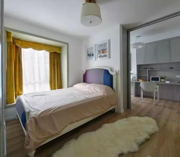次卧和书房形成一个连通的空间,推拉门做隔断,随时开合。