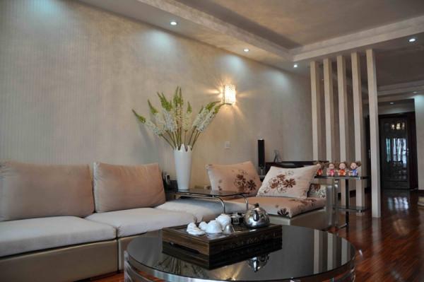 米色的沙发,不锈钢大理石材质的餐桌,