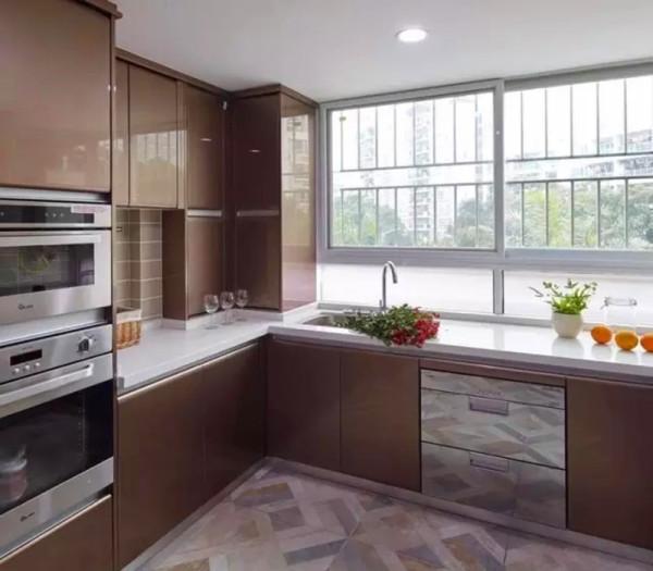 厨房打通了生活阳台扩大空间,嵌入式电器也让厨房更加大气。
