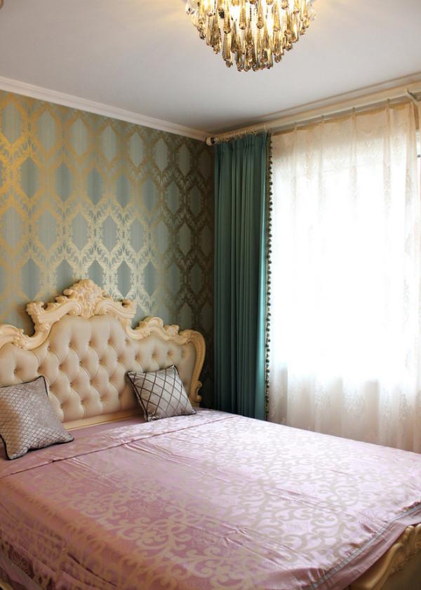 卧室中的壁纸,是图形的构成,也是对欧式的进一步诠释