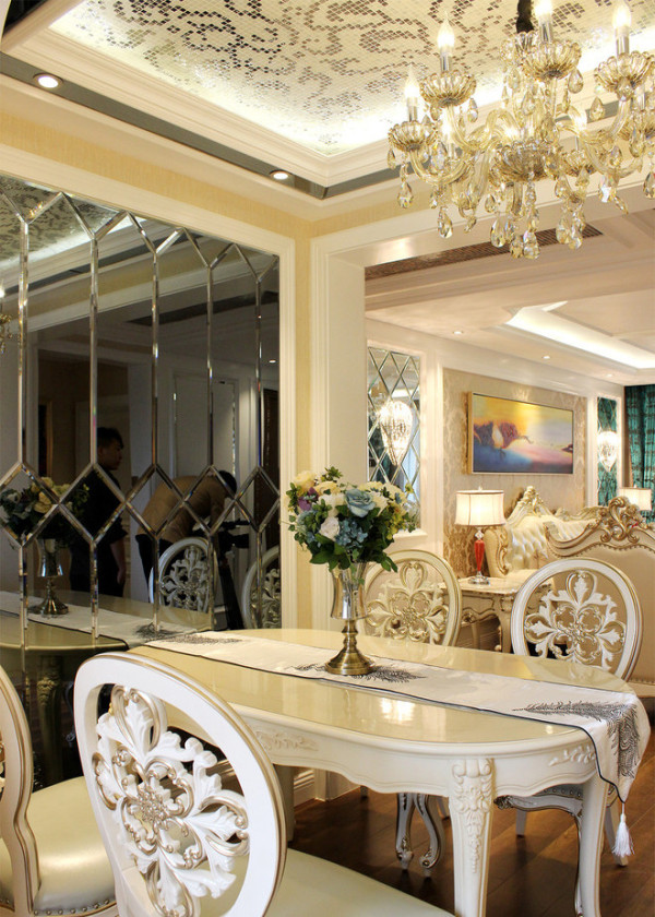 电视背景墙使用的软包造型,白色的家具配饰,更显的高贵典雅,水晶灯的搭配,是女主人匠心独运的选择