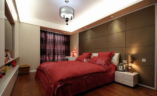卧室床头背景墙用软包做装饰,大显贵气,卧室的大衣橱和电视柜也是设计为一体,节约空间。