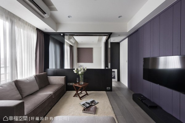 客厅与多功能房的隔间采半开放式设计,半高矮墙结合灰玻拉门,可视需求弹性调整场域的开阔性。