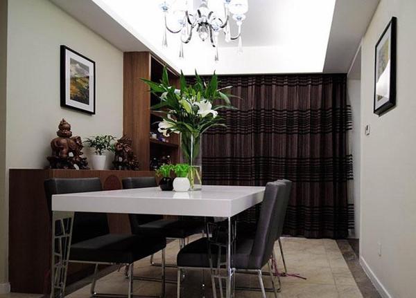 简约风格餐厅同样是简洁的餐桌,简单的照片墙装饰以及旁边的餐边柜搭配出简洁大方的风格。