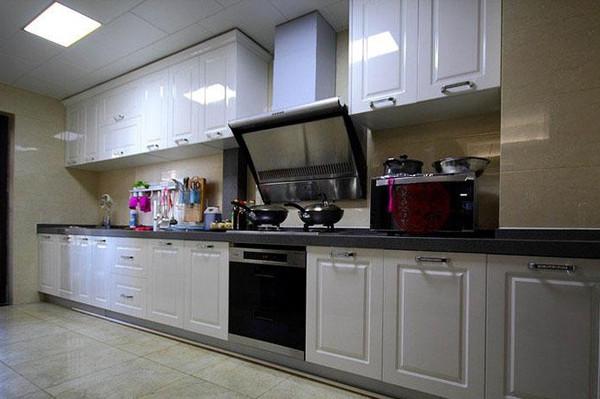 厨房全景,模压烤漆门板色泽鲜艳,大气时尚。