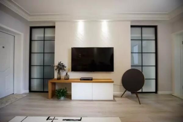 电视墙和移动玻璃门呈现对称的美感。