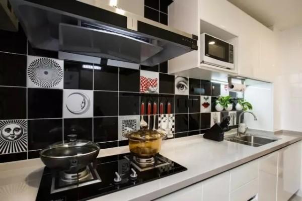 黑白色搭配的厨房,墙砖别具一格,不经意嵌入俏皮的图案,让冷静的厨房活了起来。