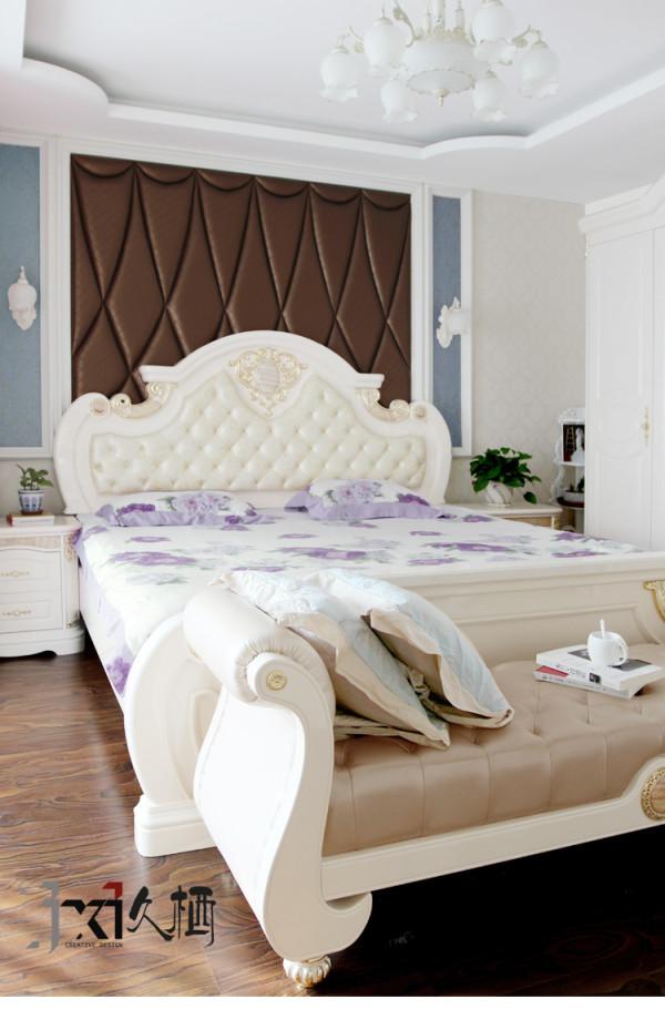 软包搭配壁纸的造型床头背景墙
