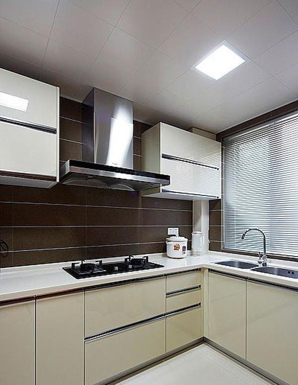 厨房用简单大气的色彩来装饰,烤漆橱柜门板色泽鲜艳,贵气十足。