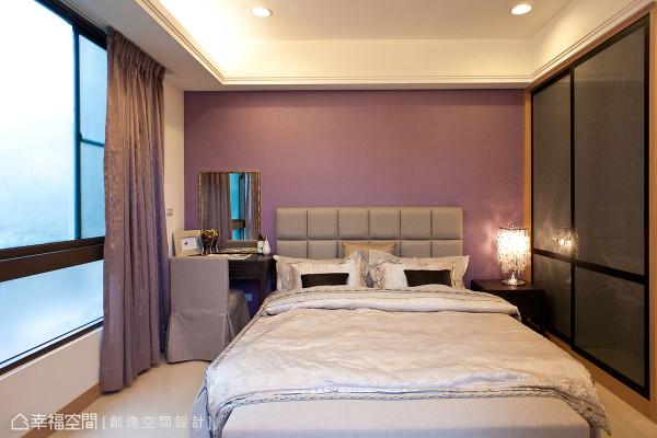 创逸空间在主卧衣柜的设计上,运用银色夹纱玻璃与烤漆木作所构组,增添空间中的尊贵质感。