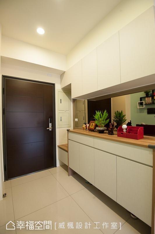 威枫设计工作室于壁面铺贴镜面材质,藉由其反射的特性,达到空间放大的效果。