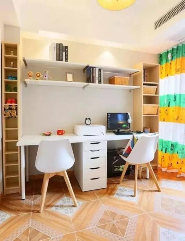 双人书房,收纳的格子安装的很巧妙, 地砖纹路很有意思,仿佛地板和瓷砖混铺的效果