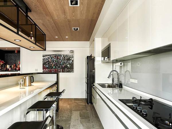 由于厨房空间较小,吧台两用成餐桌。空间利用率大大提高。