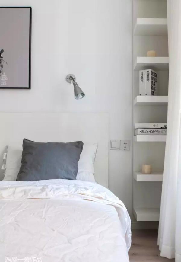 灰白调的结合将睡眠空间的宁静氛围渲染得恰到好处,在大面积的素色空间里,设计感的壁画与实用性超强的隔板定是抢眼亮点。