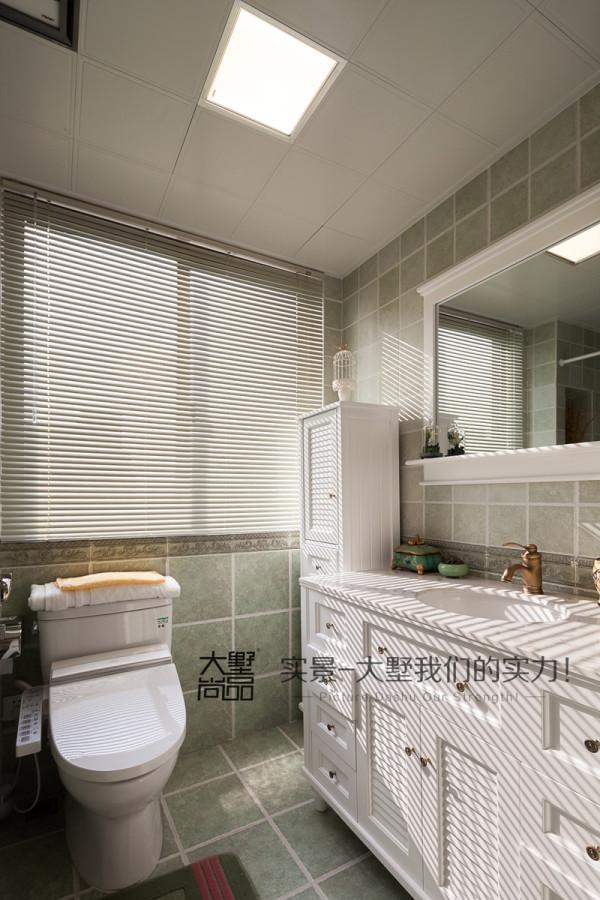 卫生间采用了干湿分离的方式,在日常的生活中使用会很方便,也方便打理。卫盥洗区做了一个台上盆,墙面复古砖的铺贴点缀马赛克腰线。复古又时尚。