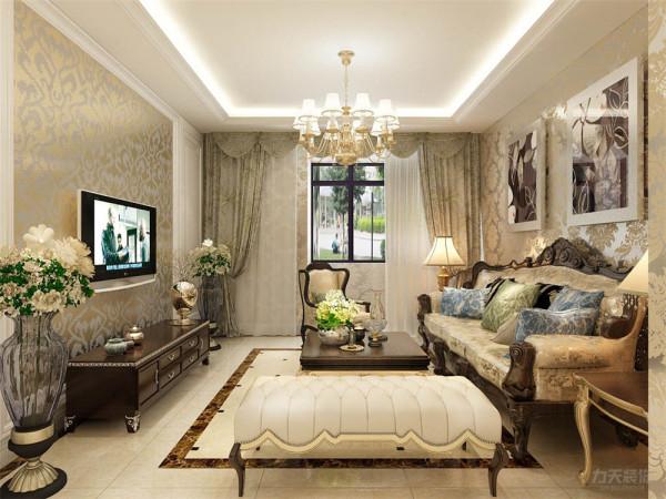 沙发的背景墙采用的是挂画形式,暖绿色花纹窗帘,与欧式花纹墙面配搭。在电视背景墙上采用的是金色欧式壁纸色背景墙,和回字形圈边造型,电视柜采用的是欧式深木色,两边运用的是欧式玻璃花瓶