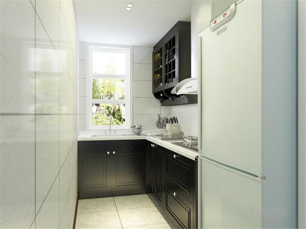 厨房吊顶采用防水石膏板,墙面地面铺白色瓷砖,黑色橱柜白色台面整体统一切满足生活需求。