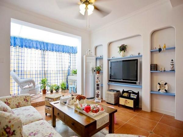 地中海田园混搭风格,客厅中的电视背景墙以立体墙面的形式来设计,阳台空间抬高了地面来做功能区分。