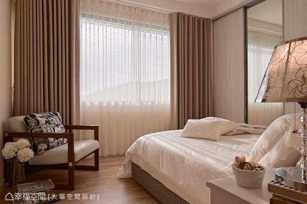 大琚空间设计在温婉的主卧色调中,以丰沛的日光为媒介,为空间挹注亲切暖意。
