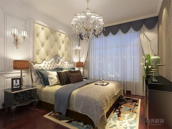 卧室也采用欧式花纹壁纸,床头背景采用软包