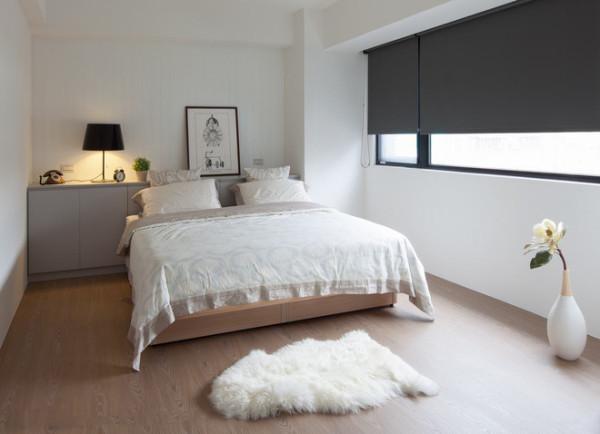 白色的墙壁与浅色木地板的搭配让整个空间变得整洁闪亮