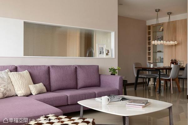 大琚空间设计以开放的视角,以及轻透的玻璃材质,串联起场域间的亲密对话。