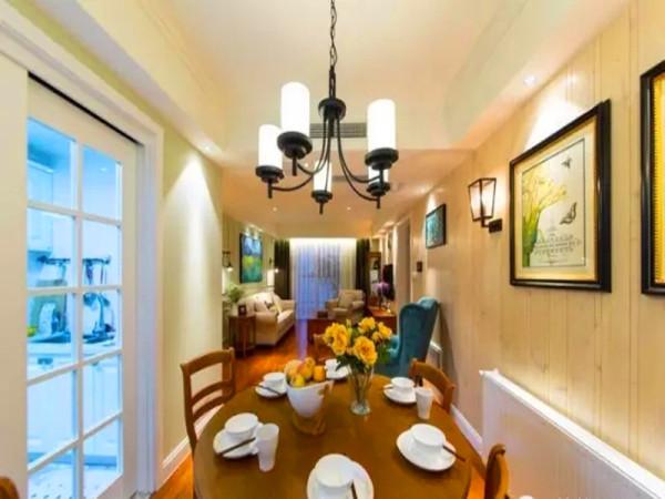 餐厅位于厨房玻璃门外,柚木色餐桌椅,铁艺吊灯。