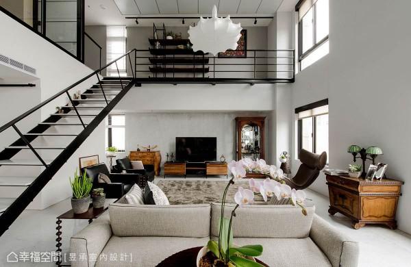 卡拉拉白的大理石电视墙相当低调,淡雅地衬托出家具的实木自然美感,与工业风铁梯及空桥形成古典与现代的对话。