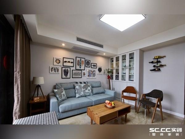 沙发背景为照片墙,可以通过照片墙来记载生活中的美好时刻,使整个空间更加温馨,也向客人展示了业主一家的幸福。