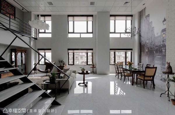 开放合并设计的客、餐厅让挑高的窗型更显高耸、壮阔,同时也使空间气势加倍放大。