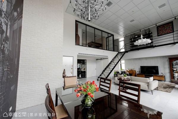 楼上主卧室维持原玻璃屏风结构,并改变窗框色调来呼应风格,而原始OA风格的天花板也只微调漆色,让管线仍可隐藏其中,也省下一笔预算。