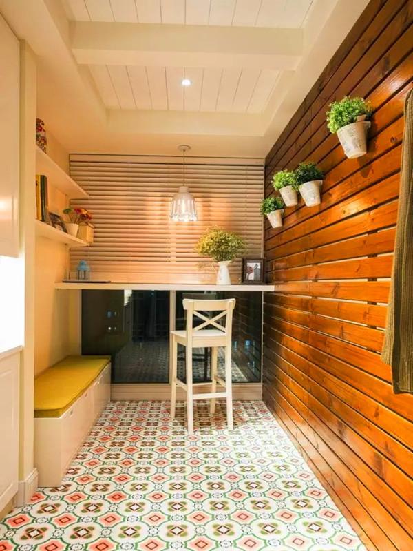 赠送的入户花园改造成鞋柜和换鞋凳,加入吧台功能,一面墙可以养花,实用美观兼顾。