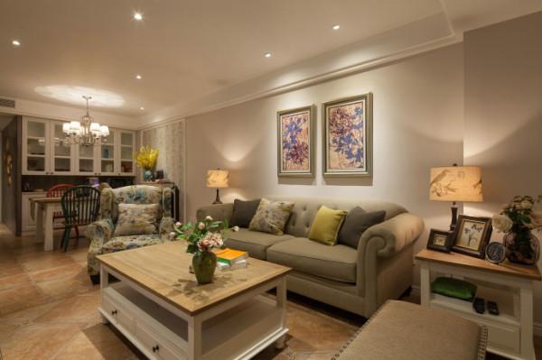 客厅家具与墙壁颜色相近,用挂画饰物等增添色彩。