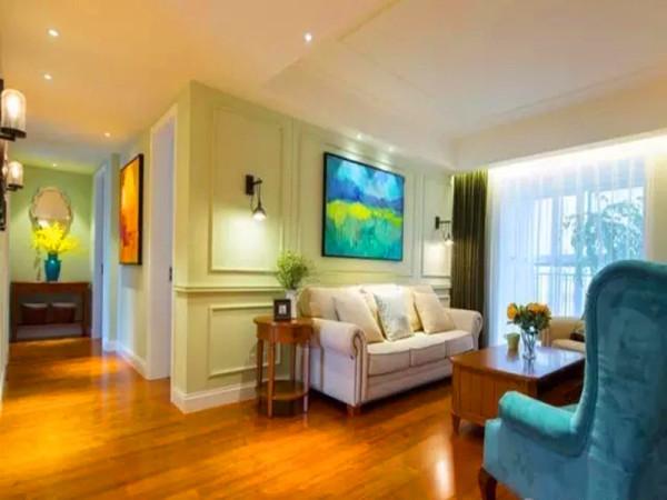 沙发背景用线条做造型分成对称三块,中间定制的油画点缀。