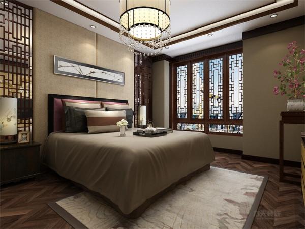 主卧室在最里侧在私密性与隔音效果极好,L型窗户在采光方面也是非常好,主卧室还配有干湿分离的卫生间。