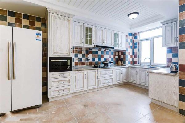 宽敞的操作空间,让下厨更轻松。马赛克复古墙砖将白色橱柜衬托的更加清新淡雅。