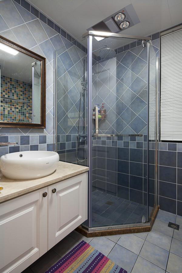 卫生间格局设计简单,只用彩色瓷砖突出颜色