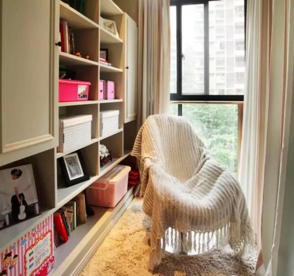 ▲ 休闲阳台改造成的小书房,晒晒太阳看看书是极好的