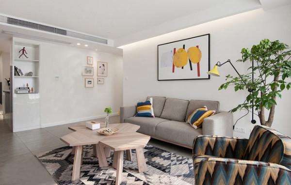 简单的背景已经吊顶造型是房子最大的特色,目的是给房子留下无限的软装空间,在电视的背景墙选择上,设计师用了砖做了效果,让家的风格别具一格