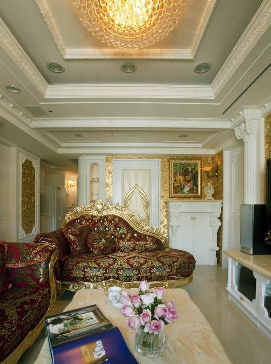 立体雕铸羽翼图案的大门,设计师以金箔壁纸做为主墙,两侧分别为内嵌式玻璃精品柜与壁炉造型鞋柜。