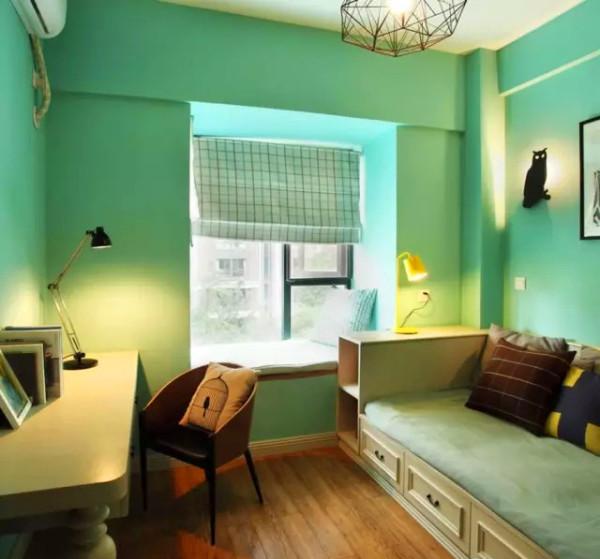 ▲ 绿色调的多功能书房,定制的榻可坐可躺,兼具强大的收纳空间